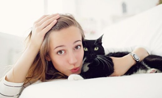 Ученые выяснили, почему кошки больше любят женщин