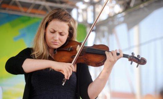 Asais vijoles bosiņš ar smaržu kaislību. Intervija ar mūziķi Elīnu Bukšu