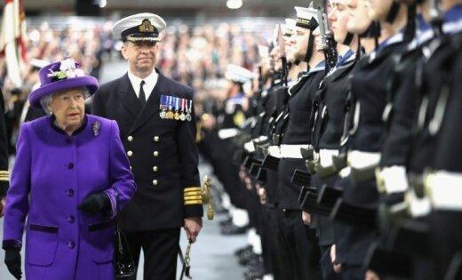 Foto: Karalienes klātbūtnē Lielbritānijas jūras spēkos uzņem bāzes karakuģi 'Queen Elizabeth'