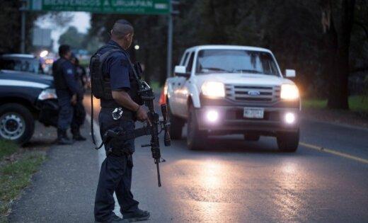 Meksikas studenti nolaupa degvielas autocisternu, autobusus un policistus