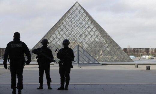 В Лувре солдат открыл огонь по посетителю с ножом