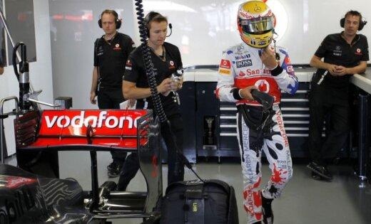 Hamiltons ātrākais otrajā treniņā, Alonso un Fetels avarē