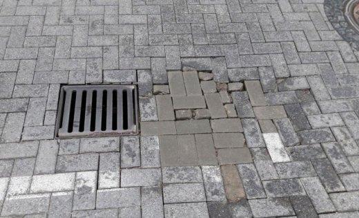 ФОТО: На улице Кр. Барона яму заделали брусчаткой другого цвета и размера