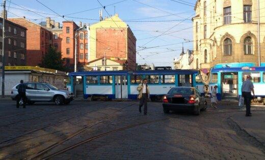 Barona un Matīsa ielas krustojumā tramvajs noskrien no sliedēm (pievienots video)