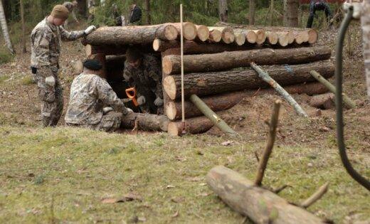 Foto: Vējonis, Graube un karavīri talko Nāves salā