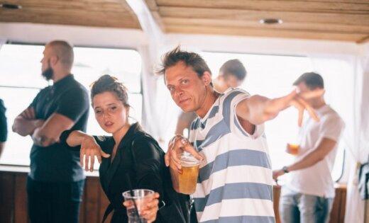 Foto: Īpašā VIP ballītē uz kuģīša līksmo Latvijas repa zvaigznes