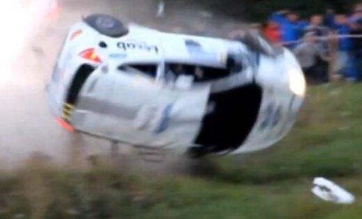 Video: Somijas rallijā skatītāji glābj sportistus no avarējuša auto