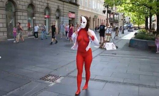 Художница устроила голый перформанс в центре Белграда