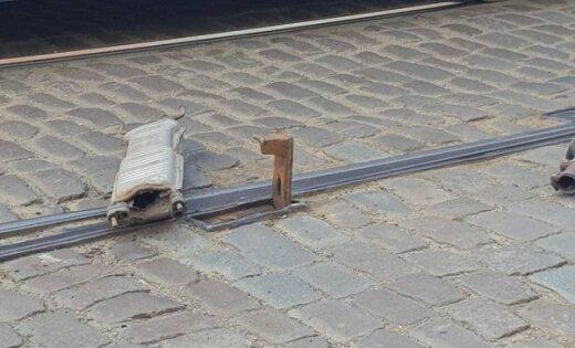 ФОТО: В Риге машина потеряла глушитель из-за стрелочного перевода для трамвайных путей