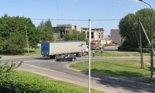 Foto: Purvciemā kravas automašīnai krustojumā pārsprāgst riepa