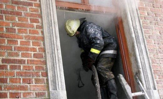 No degoša dzīvokļa Rīgā izglābti trīs cilvēki