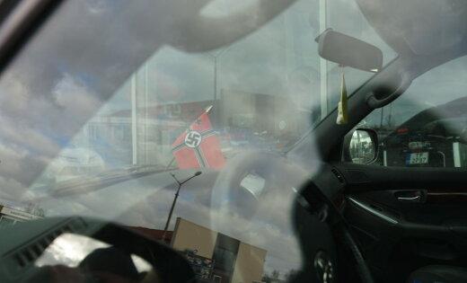 ФОТО: В Риге замечен автомобиль с символикой нацистской Германии