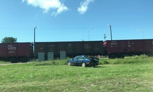 ФОТО, ВИДЕО: при столкновении поезда и автомобиля в Лиепае погибли два человека