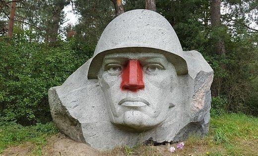 ВИДЕО: В Литве демонтировали скульптуру советского солдата