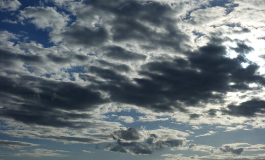Trešdien debesis lielākoties būs mākoņainas, nedaudz līs