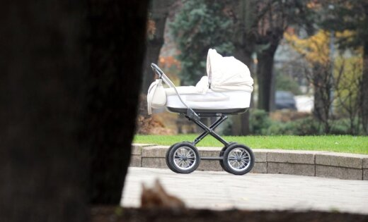 В Риге посетительница кафе оставила на улице коляску с младенцем