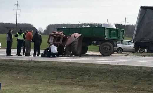 Foto: Avārijā Lietuvā fūre traktoru sašķaida gabalos
