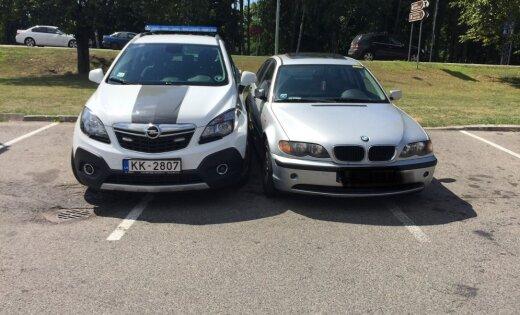 ФОТО: Водитель BMW решил проучить полицию за неправильную парковку