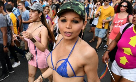 ФОТО: Римский гей-парад собрал тысячи полуголых участников