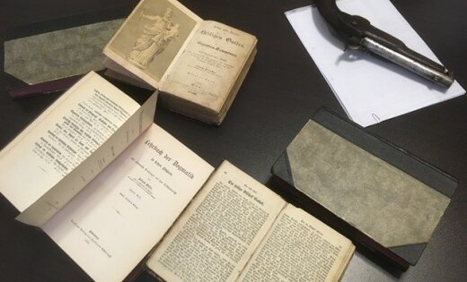 На границе изъяли антикварные книги и старинное оружие