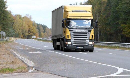На трассе Валмиера-Рига ограничено движение из-за аварии с грузовым авто