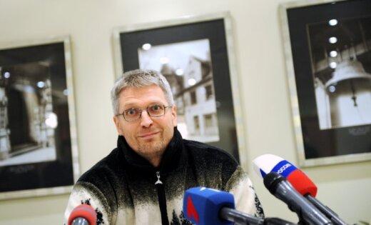 Žurnālista Lato Lapsas brālis izdod 'Vienotību' kritizējošu bezmaksas avīzi