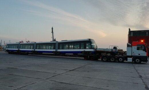 Foto: Kā Liepājas ostā ieradās 'Rīgas satiksmes' jaunais tramvajs