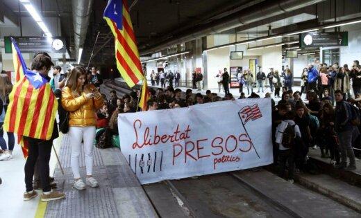 Манифестанты перекрыли десятки дорог ипутей вКаталонии