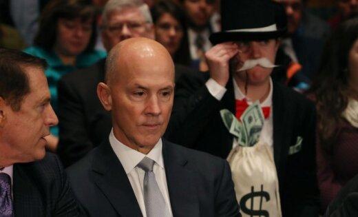 'Monopola' vīriņa tērpā saģērbusies kundze 'fotobombē' ASV Senāta komitejas sēdi