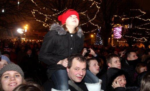 Fotoreportāža: līksmojot Daugavas krastmalā sagaida Jauno gadu