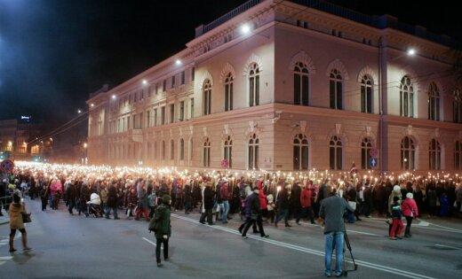 Reportāža: Iespaidīgais patriotu lāpu gājiens pa Rīgas ielām