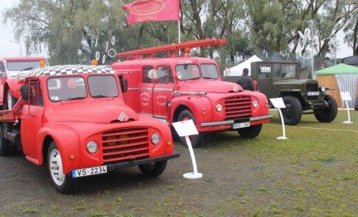 No retro automobiļiem līdz pat elektromobiļiem – foto ieskats 'Metāla svētkos' Jelgavā