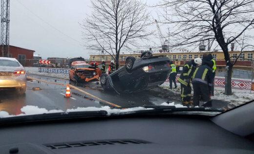 ФОТО: Тяжелая авария в Вецмилгрависе; BMW приземлился на крышу (дополнено в 16.22)