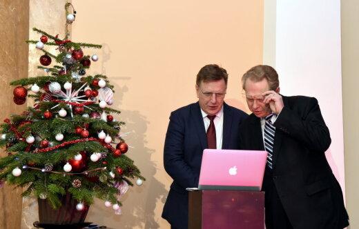 """ФОТО дня: Кучинскис, новенький розовый """"Макбук"""" за €1500 и гигантская ёлка в здании КМ"""