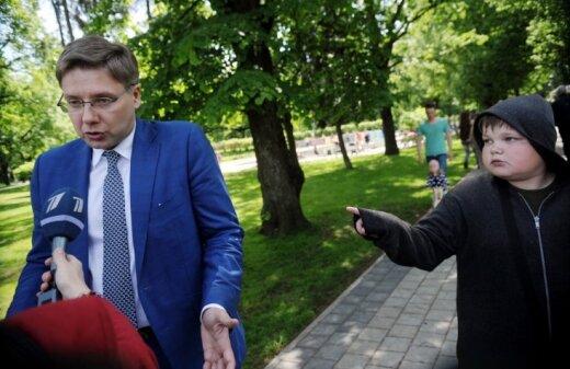 Par pašmāju sensāciju kļūst foto ar Ušakovu un pārsteigtu puisēnu