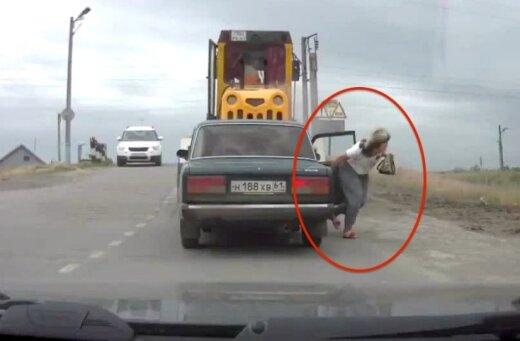 Video: Pasažiere izlec no žiguļa pirms tajā ietriecas traktors