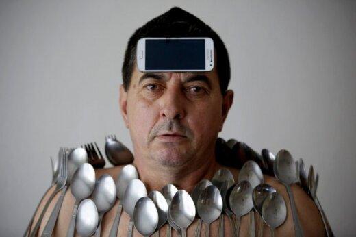 Foto: Cilvēks, kam pie ķermeņa līp priekšmeti