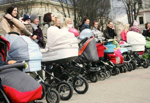 Latvij' un Lietuv' notiek Liel' M'miÚu Kluba pastaiga. M'miÚu Klubs osvÁtdien, 18.aprÓlÓ organizÁ Lielo Pastaigu - lai visas Latvijas m'miÚas ar ratiÚiem un mazuÔiem izietu iel's iepazÓties.