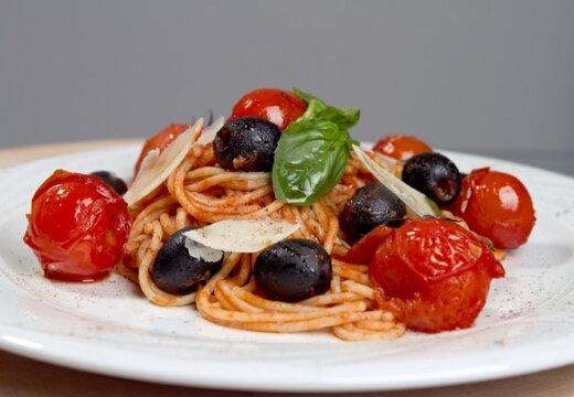 Рецепт от Жени Гаврилова: спагетти с томатами и маслинами