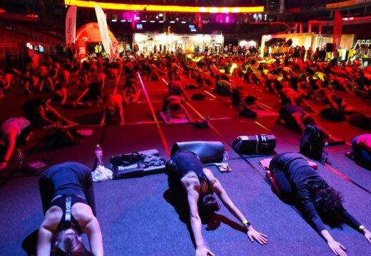 ФОТО: В Риге сотни человек пришли на массовые занятия по фитнесу