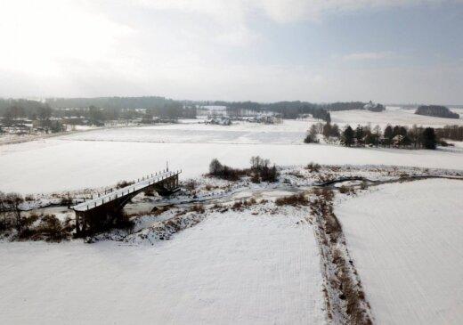 Ziemīgi kadri: Slavenais Sātu tilts uz nekurieni no putna lidojuma