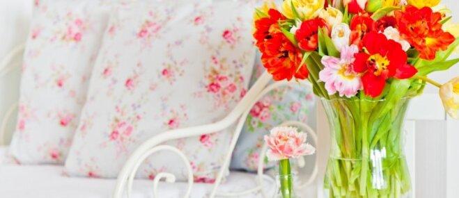 Romantisko ziedu klātbūtne dabā un interjerā