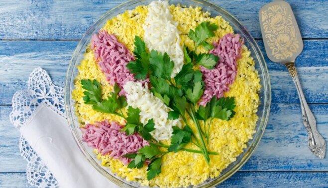 Trīs vienkārši veidi, kā skaisti noformēt salātus svētku galdam