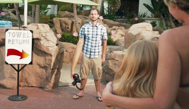 Video: 'Olympus' reklāmā iesmej par spoguļkameru lietotāju izstaipītajām rokām