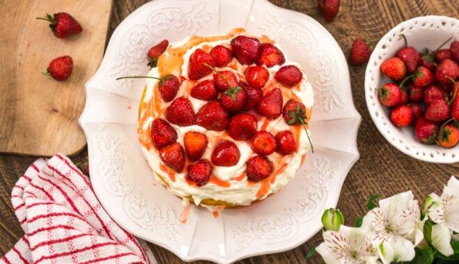 Zemeņu valdzinājumā: kūkas, plātsmaizes un deserti ar sārtvaidzītēm
