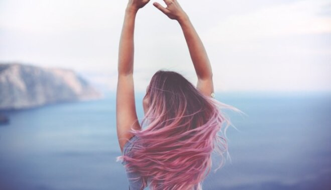 Gaisīgi rozā mati – aktualitāte, ko vērts izmēģināt
