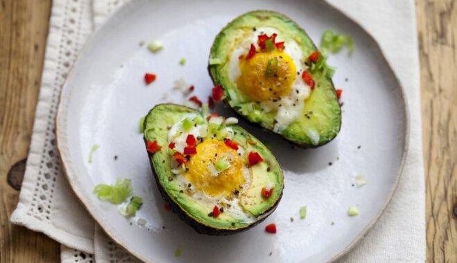 Авокадо, запеченный с яйцом