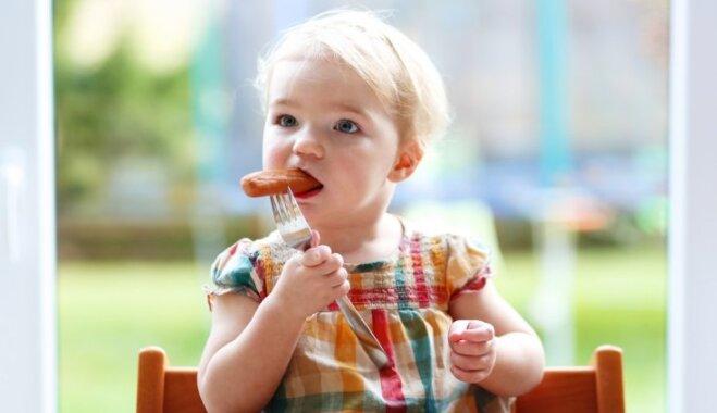 Vecāki pāragri sāk barot mazuļus ar pieaugušo pārtiku, atzīst speciālisti