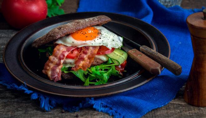 Brokastu burgers ar olu, bekonu un liellopa gaļu