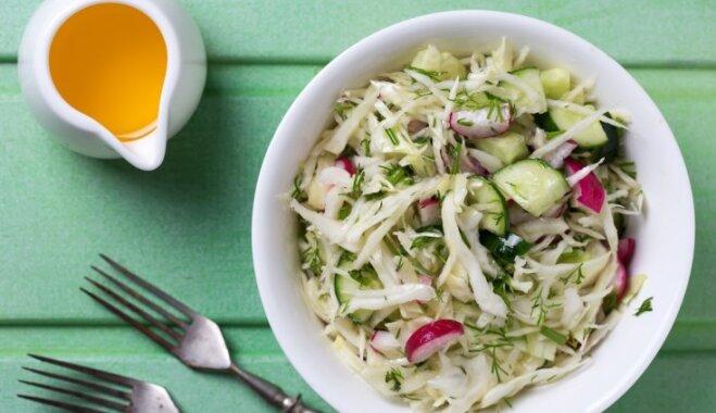 Капустный салат с малосолеными огурцами